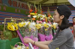 鲜花义卖市民挑选鲜花